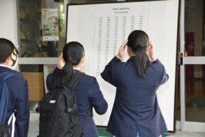発表を見る生徒